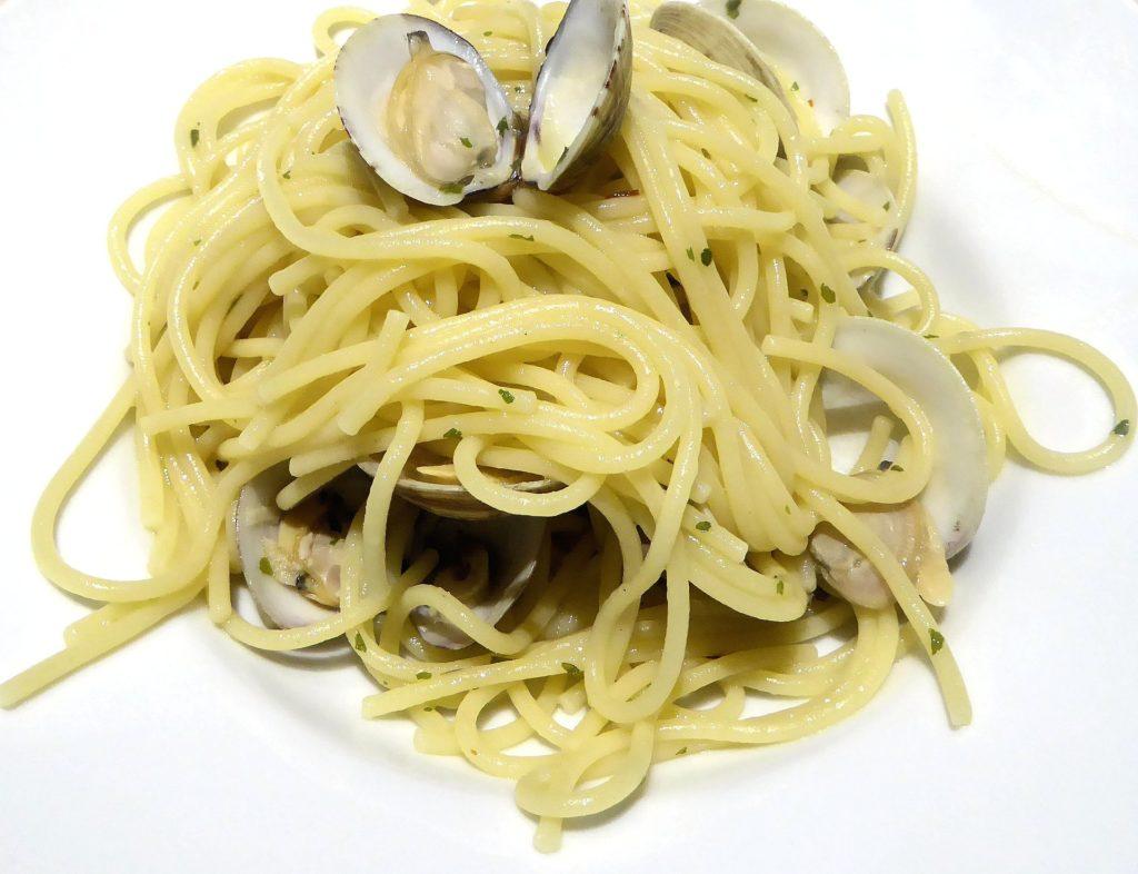 spaghetti vongole, vino vermentino